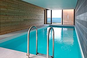 La piscine, vue sur mer